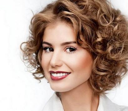 прическа на волнистые волосы средней длины фото