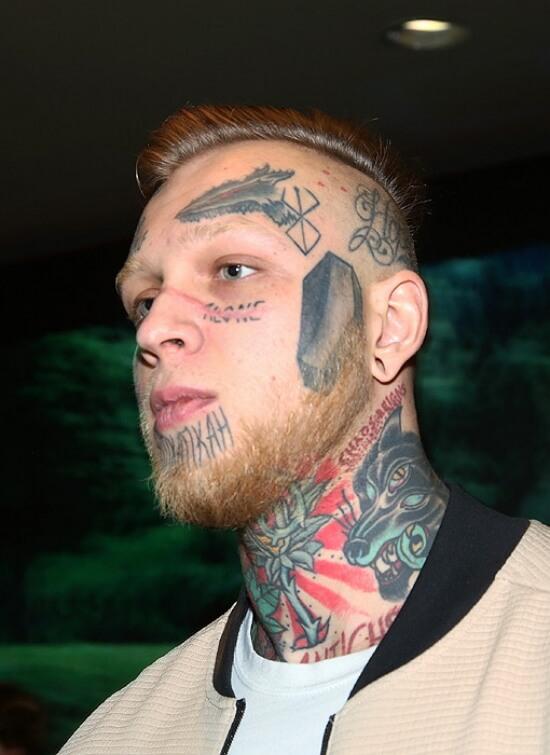 Сын Яковлевой фото тату на лице