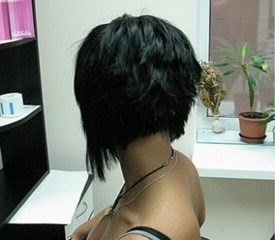 Фото со спины девушки с короткой стрижкой