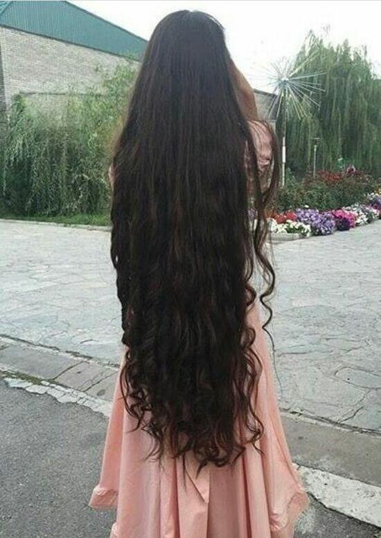 голая девчонка стоит спиной с коричневыми длинными волосами