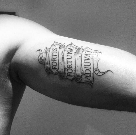 Смелым судьба помогает на латыни тату