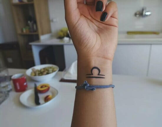 Татуировка на запястье для девушек со смыслом