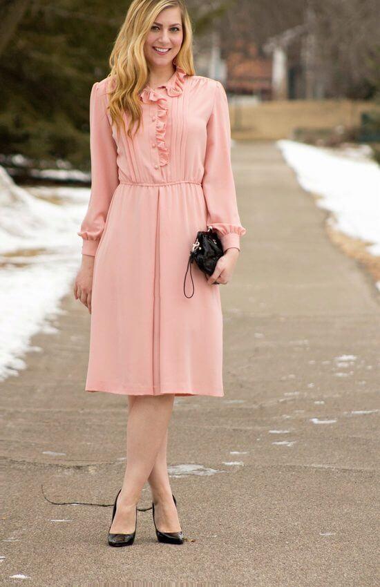Сочетание платья цвета пудры с туфлями фото